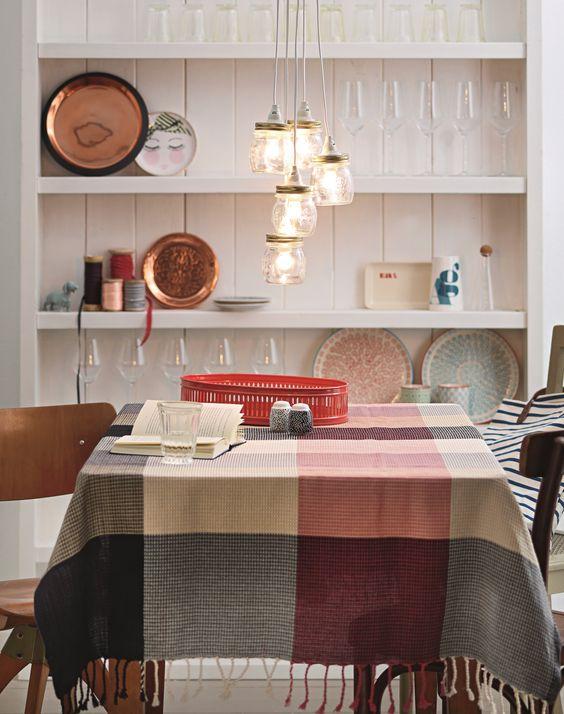 Praktische Deko-Idee – mit etwas Geschick könnt ihr eine Lampe aus Einmachgläsern selber machen.