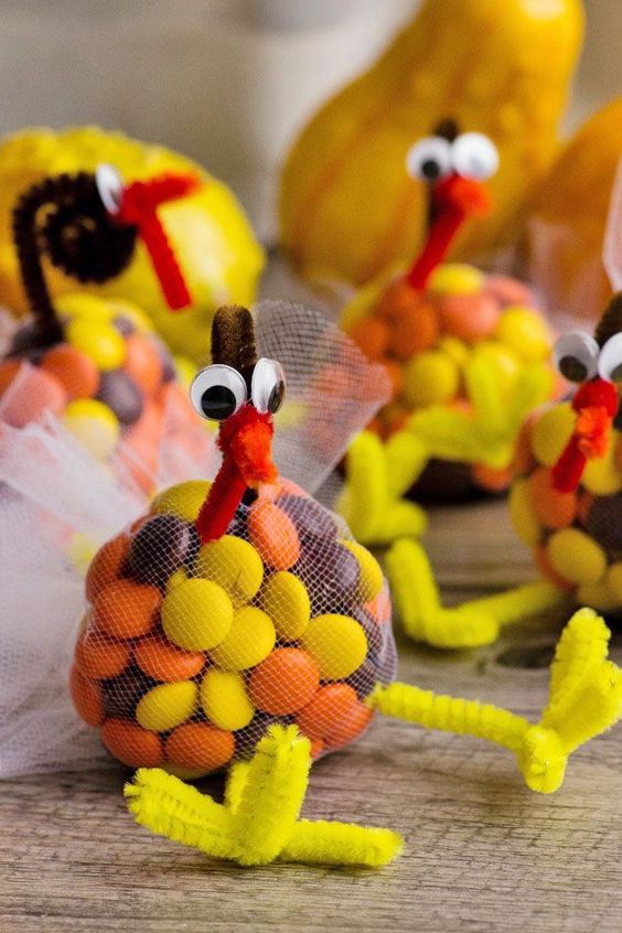 These cute Thanksgiving candy turkey treats are perfect for school treats or the kids' Thanksgiving table. A fun Thanksgiving craft to do with the kids!