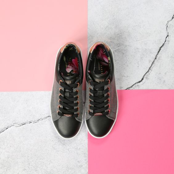 Ted baker floral sneakers --> https://www.omoda.nl/dames/sneakers/ted-baker/zwarte-ted-baker-sneakers-ophily-71216.html