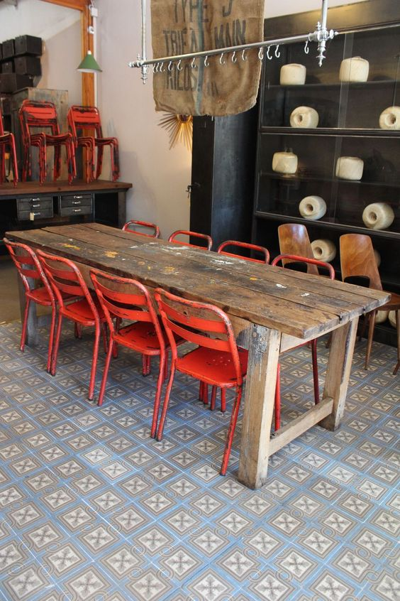 Chaises peintes vintage and chaises on pinterest for Table exterieur industriel