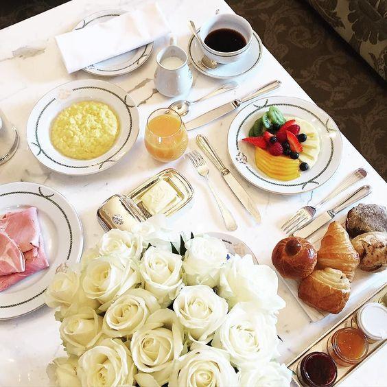 Mornings @lemeuriceparis  #pfw #fhitsparis ------- Bom dia com café delicia no quarto aqui no @lemeuriceparis  Que nosso Sábado seja iluminado! @fhits by camilacoelho