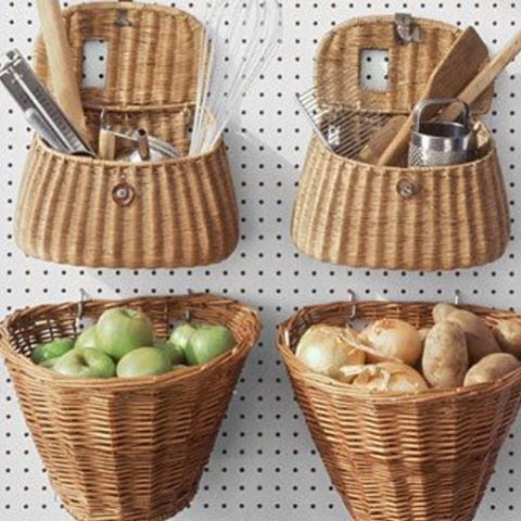 Painel de Eucatex perfurado com cestos suspensos ,  além de organizar são idéias econômicas  que podem transformar sua cozinha !!