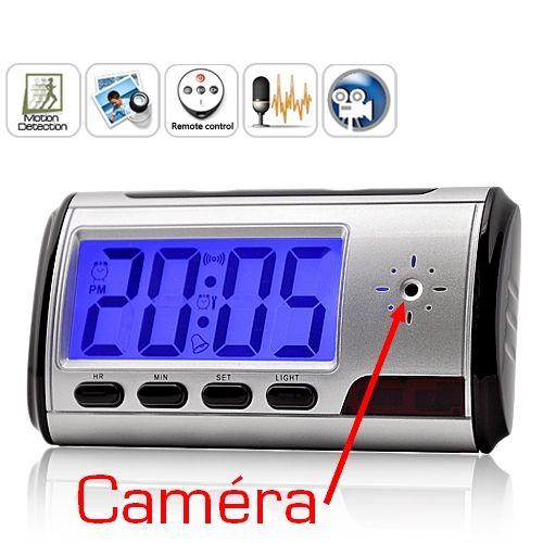 Radio Réveil équipé d'un système de détecteur de mouvement et caméra espion. Enregistre sur carte micro SD (voir photo) Vous disposez également d'une télécommande porte clé pour une mise en fonctionnement discrète.