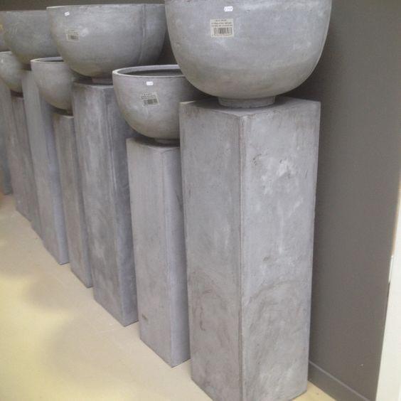 l sokkel met pot grijs beton look landelijke stijl wonen interieur tuin. Black Bedroom Furniture Sets. Home Design Ideas