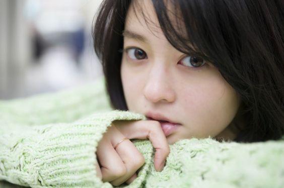 グリーンのざっくり網のセーターを着た小林涼子の画像