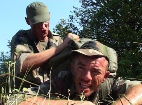Violé par le sergent Le sergent fatigue ses hommes en leur imposant des sauts d'obstacles et des courses avec un énorme paquetage sur le dos. Lorsque l'un d'entre eux finit exténué et à bout de force, le sergent en profite pour le violer.