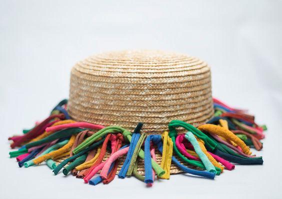 Sombrero Modesto. Sombrero de paja adornado con cintas de algodón de múltiples colores.