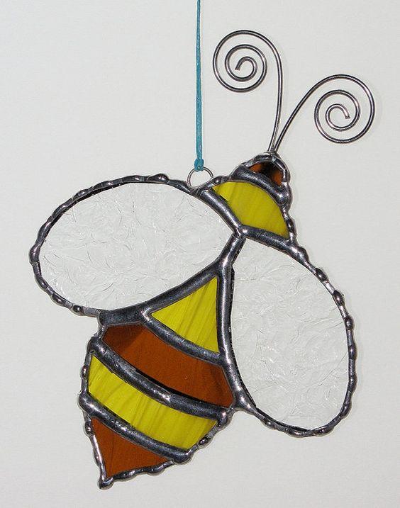 BUZZZZ ! Suncatcher dune abeille en vitrail jaune et orange avec claires ailes texturées. Vitraux lumineux jaune est utilisé dans cet suncacther