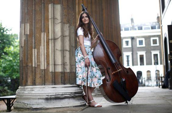 Vera Pereira spielt den Kontrabass im Sinfonieorchester des Royal Ballet in...