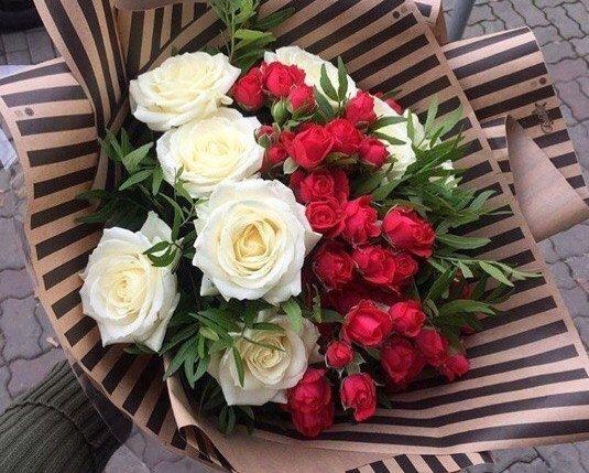 как подарить девушке на работе цветы