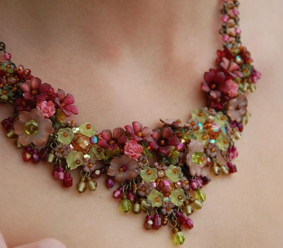 Really love this style of necklace. Clusters of leaves and flowers get me every time. Gorgeous colour combo as well.