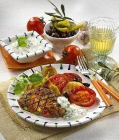 Das Rezept für Paprika-Hacksteaks mit Gouda zu Grilltomaten und Zwiebeln und weitere kostenlose Rezepte auf LECKER.de