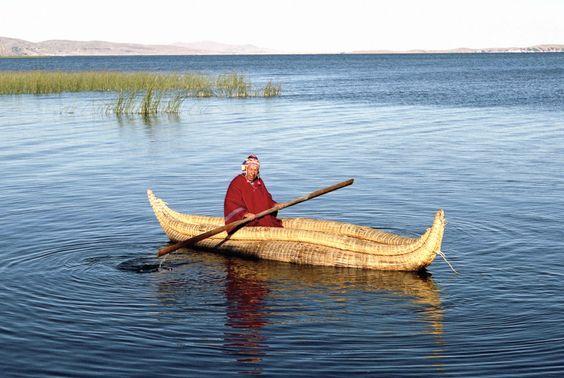 Esta imagen de un señor en un lago. | 25 Fotos de Bolivia que parecen sacadas del cerebro de Dalí