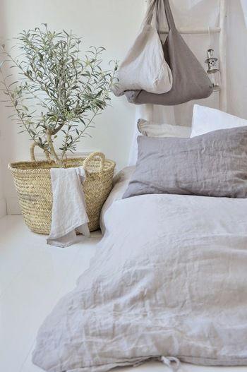 シーツと枕カバーをリネンに変えて。グレーでもリネンなら軽やかな雰囲気にまとまります。カラーをあえて統一せず、グラデーションにしているのがオシャレ。さらっとしたリネンの肌触りが夏の夜も快適な眠りに誘ってくれそうです。