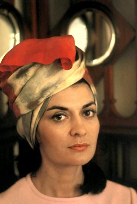 Η Safia Tarzi με τουρμπάνι. Αφγανή σχεδιάστρια μόδας στις δεκαετίες '60 και '70.