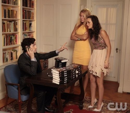 """Memoirs of An Invisible Dan"" GOSSIP GIRL Pictured (L-R) Penn Badgley as Dan Humphrey, Blake Lively as Serena Van Der Woodsen and Leighton Meester as Blair Waldorf PHOTO CREDIT: GIOVANNI RUFINO/THE CW ©2011 THE CW NETWORK. ALL RIGHTS RESERVED."