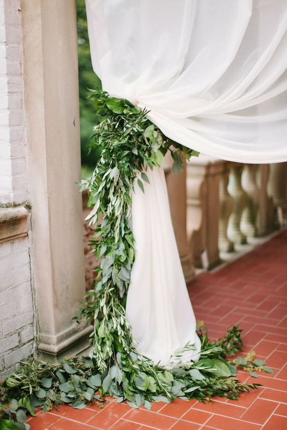 Such a lovely green wedding decor - budget-friendly and east to make as well #wedding #diywedding #gardenparty #weddingdecor #green
