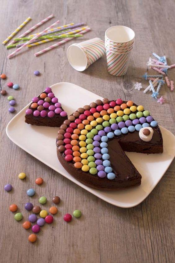 Gâteau d'anniversaire pour enfant en forme de poisson avec des Smarties