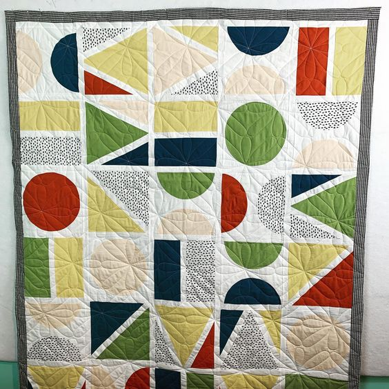Modern quilts are not my thing when it comes to piecing but I love quilting them! I think this one is so fun! #the_clark_collective  #handiquilter #quilting #quilt #hqfusion #hqprostitcher #longarmquilting #longarmquiltingservices #experiencethequilt #fabric #quiltersofinstagram