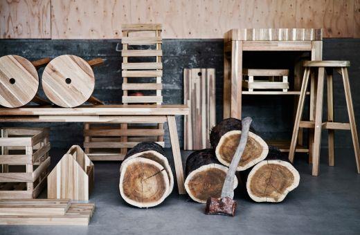 Verschiedene Tische, Hocker und Kästen aus Akazienholz