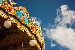 Carrossel no parque com céu azul Imagem de Stock
