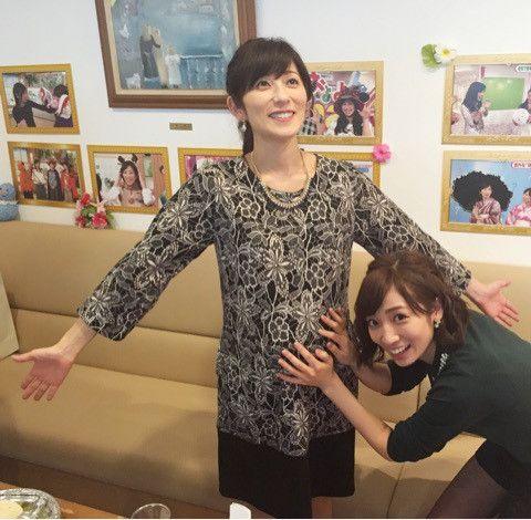 内田敦子先輩アナのお腹をさすって可愛いポーズ