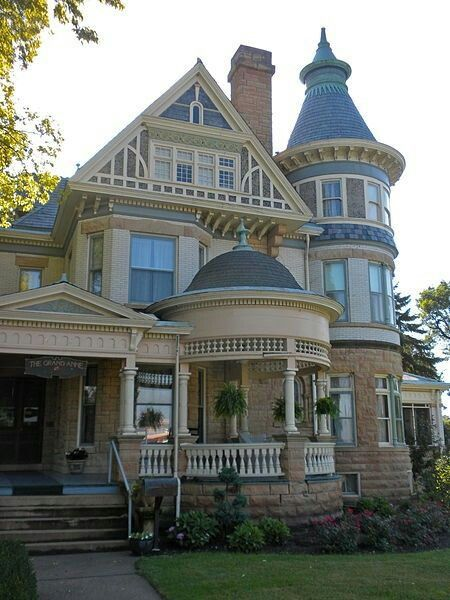 This house is just beatiful.