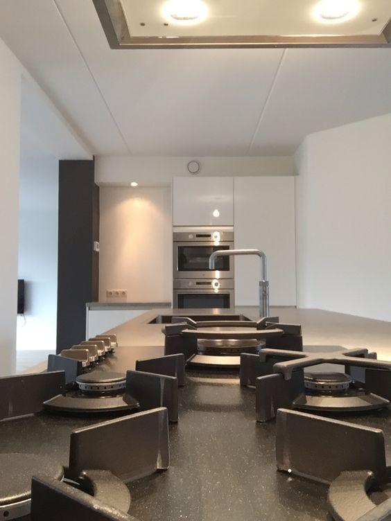 Hoogglans witte greeploze keuken, werkblad keramiek beton look ...