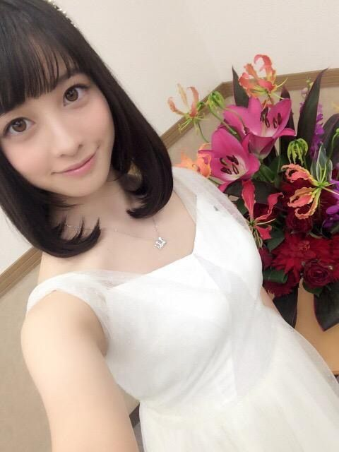 真っ白なドレスを着る橋本環奈