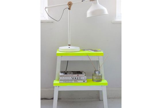 Cómo sumar detalles fluo a la hora de decorar  Una escalera pequeña convertida en mesa de luz con escalones en amarillo fluo como detalle. Foto:Alamodemontreal.com