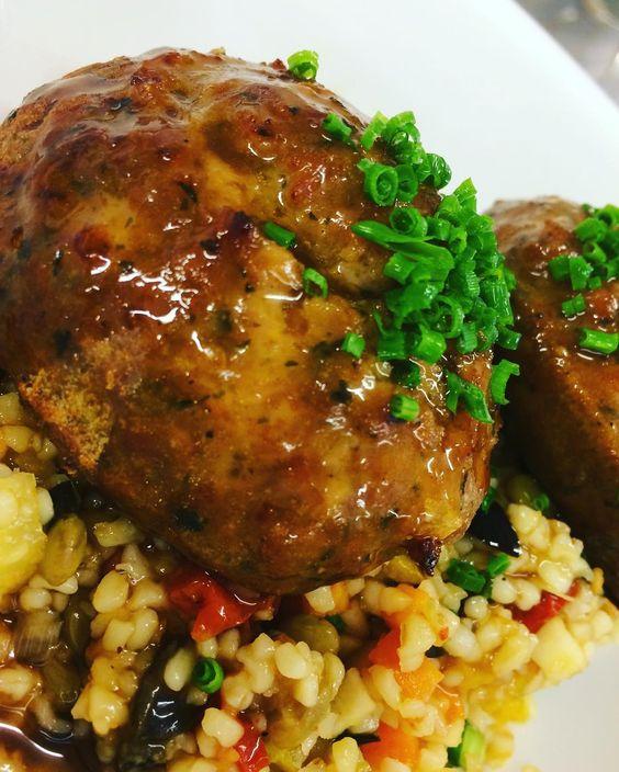 Kalbfleischküchle mit Linsen-Bulgur-Salat #live #aufdiehand #aufdenteller
