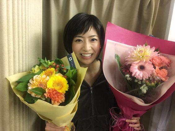花束を持っている南沢奈央
