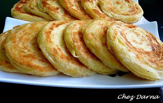 Aujourd'hui, j'ai fait des mlaouis , ou meloui, qui est une sorte de crêpe marocaine, feuilletée et cuite à la poele en fonte. les melouis ont une forme ronde , à la différence des msemmens qui sont carrés. vous avez certainement vos recettes de melouis...