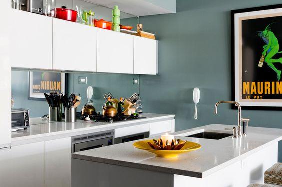 Réno d'une mini-cuisine. On ajoute une hotte de cuisine pour évacuer les fumées de cuisson!    Rikki Snyder