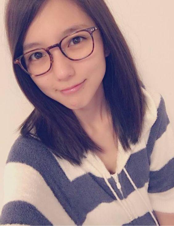 メガネをかけた真野恵里菜
