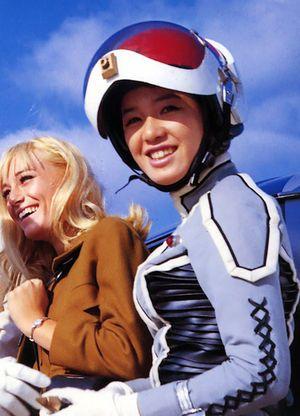 ヘルメットを被ってスーツを着ているひし美ゆり子の画像