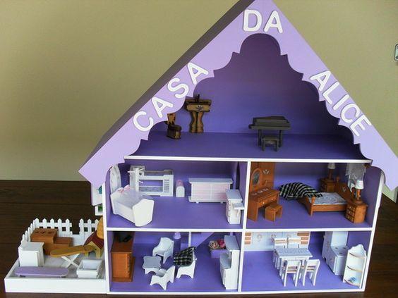 Casinha em mdf de miniaturas com 5 cômodos e uma area anexa para fogão a lenha, casinha do cachorro, area de serviço com máquina de lavar e mesa de passar. Estão inclusas todas as peças de decoração.
