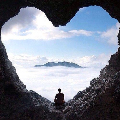 """#despertar Não há tal coisa como """"chegar ao céu."""" Há somente saber que você já lá se encontra. A ironia é que maioria das pessoas pensam que elas têm de partir de onde elas estão para chegar a onde elas querem estar. ~ Neale Donald Walsh, autor de Conversas Com Deus"""