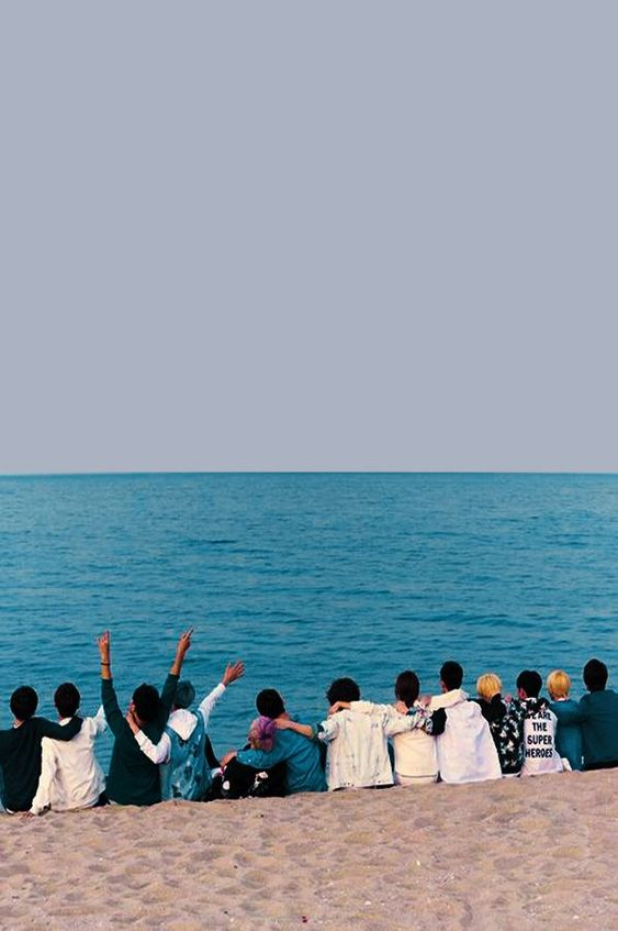 海にいてメンバーの後ろ姿がかっこいい待ち受け高画質壁紙です。