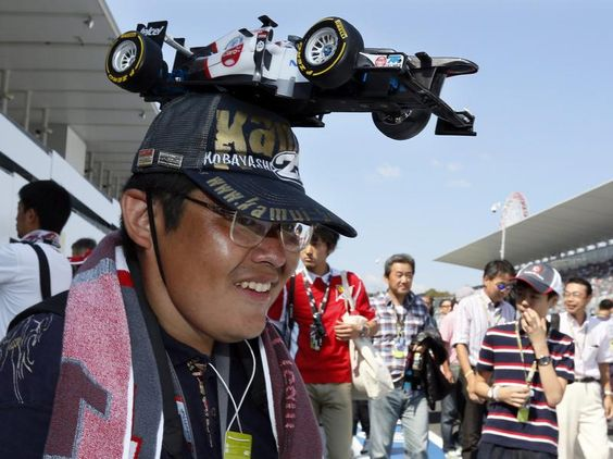Ein echter Japaner ist natürlich seinem Landsmann Kamui Kobayashi treu. In Suzuka trägt ein Fan ein Modell des Saubers auf dem Kopf. (Foto: Kimimasa Mayama/dpa)