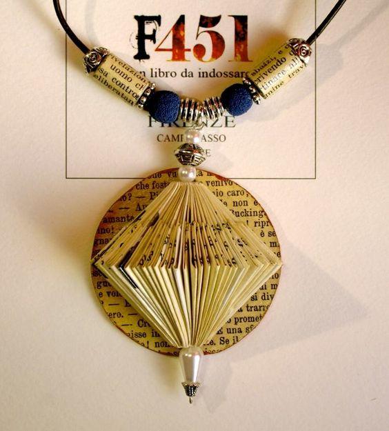 Libro piegato a mano, perle, argento e pietra lavica blu, montato su laccio in cuoio. Pezzo unico