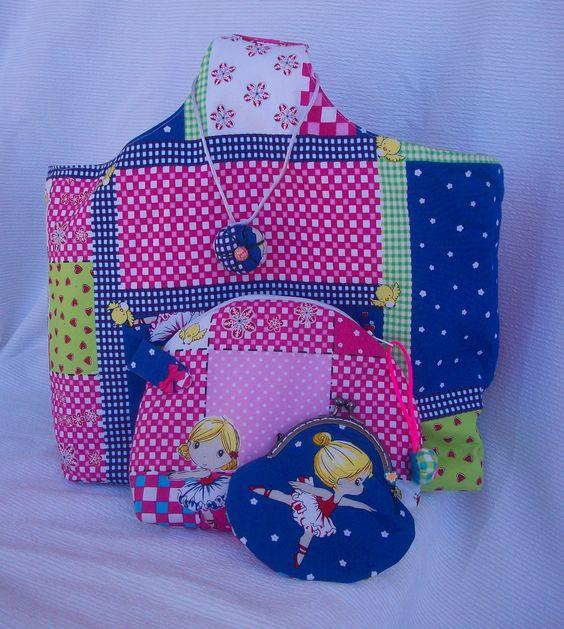 Conjunto de bolso de mano, neceser y monedero. Confeccionado en algodón; todas las piezas van forradas y guateadas