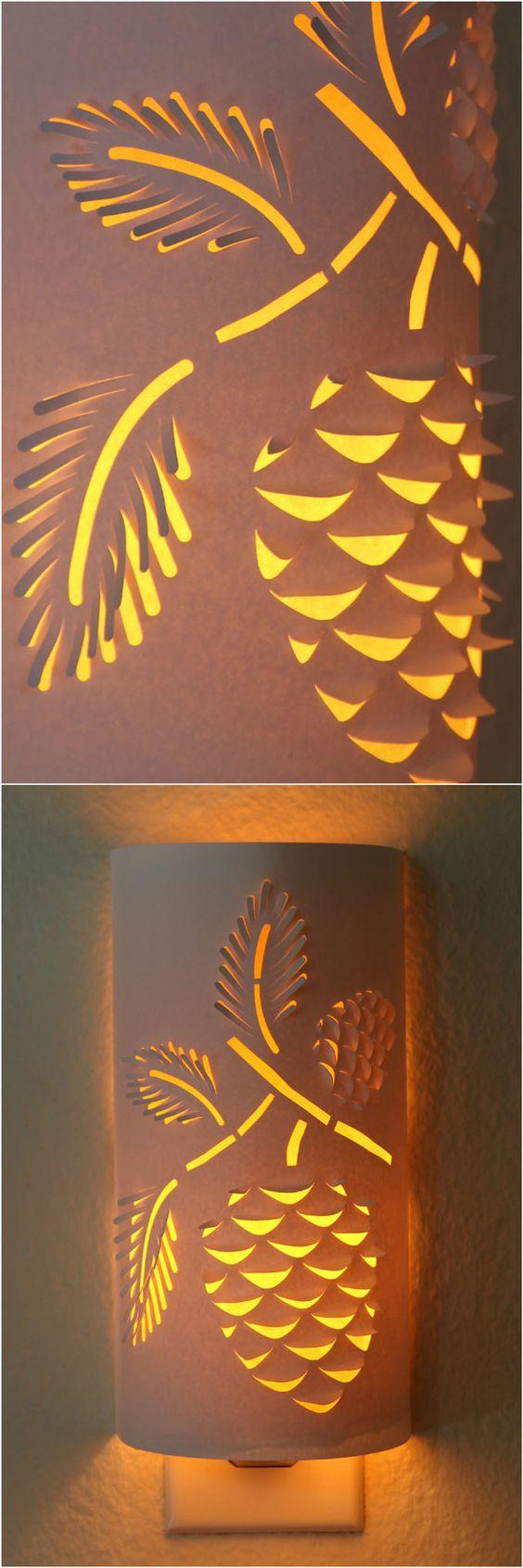 Verwandeln Sie ein einfaches Nachtlicht in einem bezaubernden Papierlaterne.  Laden Sie sich die Blume oder Kiefernzapfen Designs Ihre eigene funktionale Kunst zu machen, die leuchtet!  - Ein Stück Regenbogen