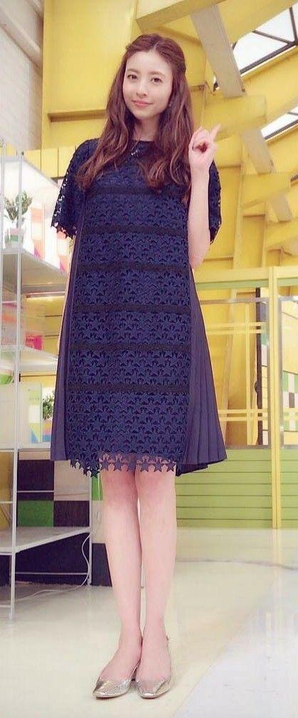 ひざ丈の黒いワンピースを着て立っている片瀬那奈の画像