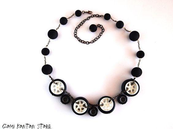 ◆フロッキー玉とタイヤを繋げた面白ネックレスが出来あがりました。 ◆ネックレスの長さは最大75㎝~チョーカーサイズまで調節可能。 ◆モチーフがタイヤなので女の...|ハンドメイド、手作り、手仕事品の通販・販売・購入ならCreema。