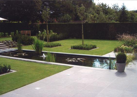 Strakke vijver in het gras tuinen pinterest for Moderne waterpartijen tuin