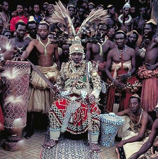 Africa | Nyimi Kok Mmabiintosh III - King of Kuba - D. R. Congo | © Daniel Laine. Between the years of 1988 and 1991, French photographer Daniel Laine spent about 12 months on the African continent tracking down and photographing figures of royalty, and leaders of kingdoms. During this time he managed to photograph 70 monarchs and descendants of the great African dynasties with his work on this series. #alternative #princess #multicultural #kids #costume #ideas