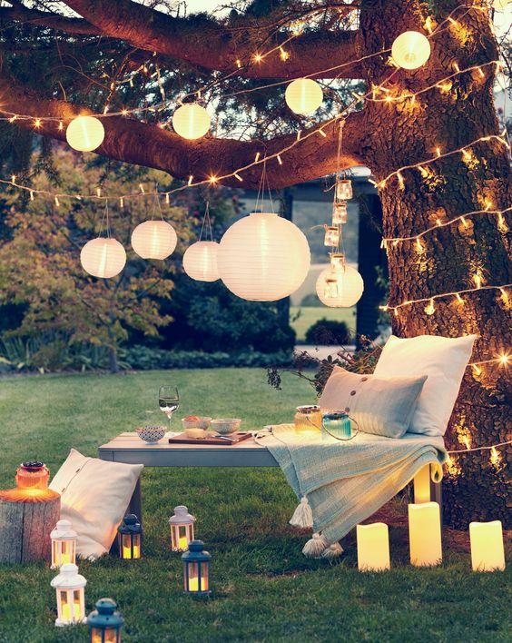 solar lampionnen in je tuin om je loungehoek gezellig in te richten