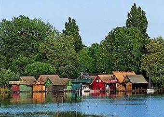 Charter Mecklenburg - Typisches Bild: Reetgedeckte Bootshäuser am Ufer der Müritz