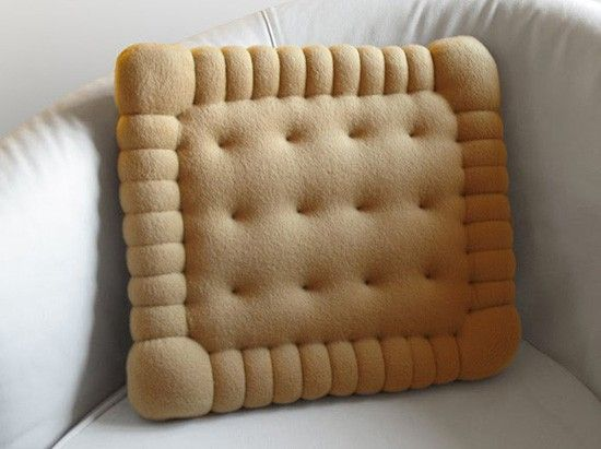 The large a biscuit, in fact, a sofa pillow.  .  .  .  Really want to eat ==